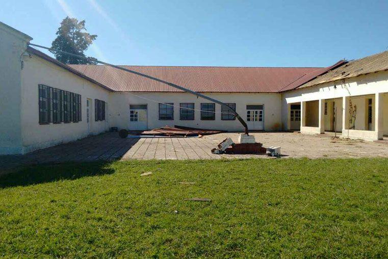 Foto: El viento dobló el mastil de una escuela