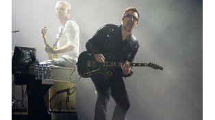 Bono no se recupera de un accidente y duda de volver a tocar la guitarra