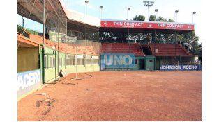Nuevo alambrado. En el Estadio Nafaldo Cargnel están cambiando el tejido pensando en la reunión de selecciones.  Foto UNO/Diego Arias