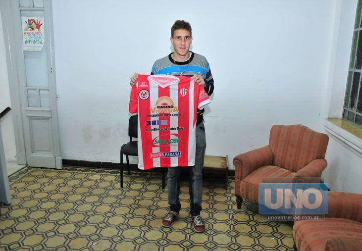 Ariel Ledheros tuvo ayer su primer contacto con la camiseta de Atlético Paraná.  Foto UNO/Juan Manuel Hernández