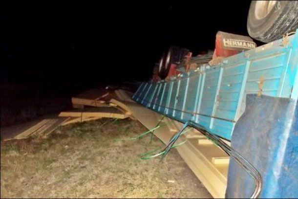 Un camión mordió la banquina mojada y volcó sobre la ruta 127