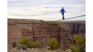 Cruzó el Gran Cañón del Colorado en la cuerda floja y sin protección