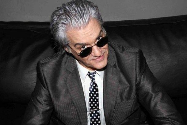 Tras las denuncias por acoSo una Ex estrella del rock toCa el sAxo por monEdas