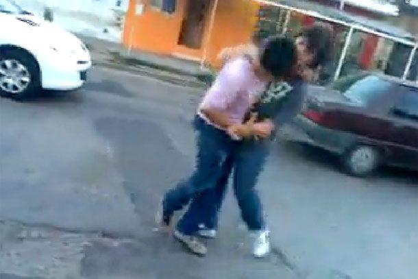 Difunden por la web pelea entre dos alumnos a la salida de la escuela