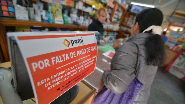 Los carteles advierten de la crisis a los afiliados de PAMI.