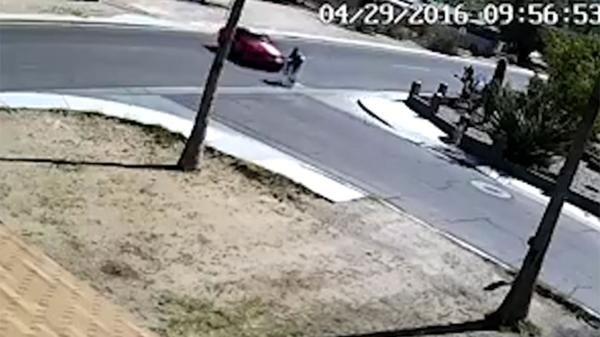 Le confesó que tenía sida, se fue en bicicleta y su novia lo atropelló con su automóvil