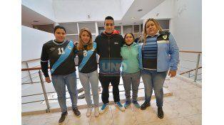 El entrenador y algunas de las jugadoras del plantel campeón.  Foto UNO/Juan Manuel Hernández