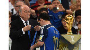 Messi recibió la medalla por el segundo puesto de la selección nacional y el premio al mejor jugador del Mundial.