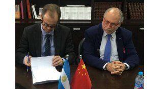 Inversión. Bordet junto al embajador en China
