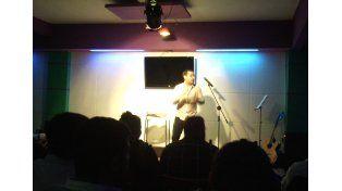 Comediante. Verano hizo partícipe del show al público.