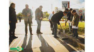 El intendente ayer pintando la senda peatonal sobre 3 de Febrero. Foto Municipalidad de Viale.