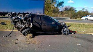 Choque entre un auto y un camión en la ruta 12: la conductora quedó atrapada