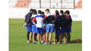 Sebastián Furios le da indicaciones a los titulares antes del ensayo futbolístico.  Foto UNO/Juan Ignacio Pereira