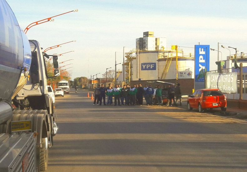 Bloqueo. Transportistas impiden la salida de camiones de la planta que abastece a dos provincias.  Foto Gentileza/Sindicato de Camioneros de Entre Ríos.