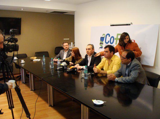 Los directivos de COFA en la conferencia de prensa que realizaron hoy en Buenos Aires.