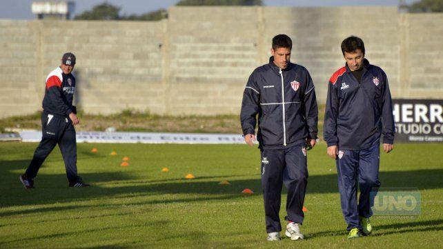 Pablo Lencioni trotó alrededor del campo de juego junto al kinesiólogo Pablo Rodríguez.