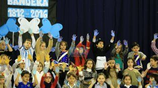Juntos. En el colegio La Salle los estudiantes representaron la insignia patria con sus manos. FotoUNO/Diego Arias