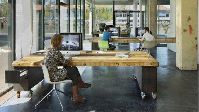 Cómo es la oficina donde los escritorios desaparecen