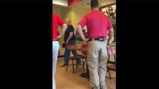 Un video muestra la agresión de un hombre a una mujer por amamantar a su bebé en público