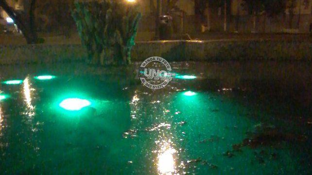 Preocupa la suciedad en las fuentes de la plaza del centro cívico