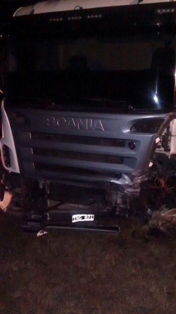 Un camión chocó de frente un auto y un hombre murió