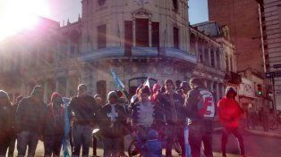 Vecinos de diferentes barrios piden comida y techo frente al municipio