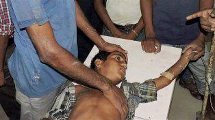 Un niño es asistido tras una descarga. (Foto AP)