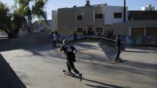 Pushing del skater fotógrafo Emiliano Santa Cruz ayer en el Candioti.Prensa Gobierno de la Ciudad de Santa Fe.