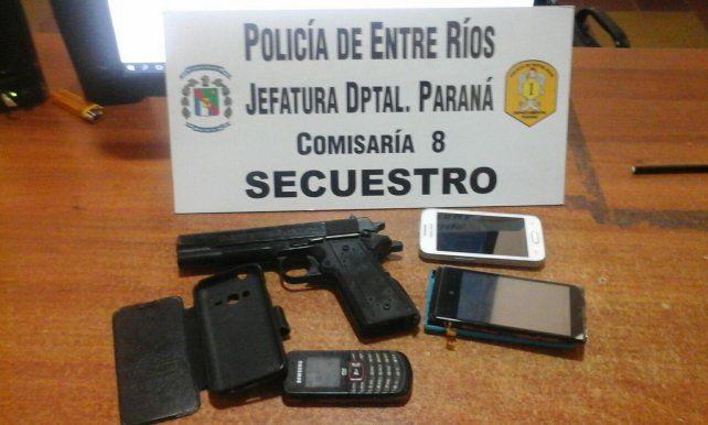 Se le secuestraron tres teléfonos y una réplica de plástico de pistola 9 milímetros.