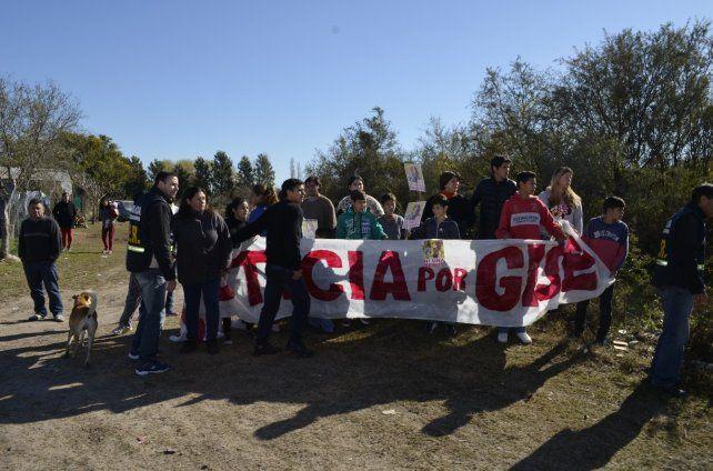 Acompañamiento. Familiares y amigos de Gisela presenciaron el operativo policial.