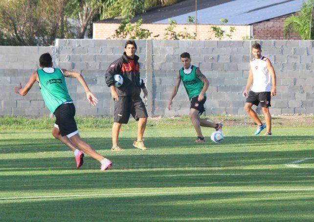 El entrenador supervisó atentamente los movimientos de sus dirigidos.