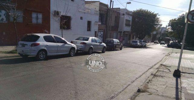Los autos estacionados en la mano izquierda de calle Antártida Argentina.