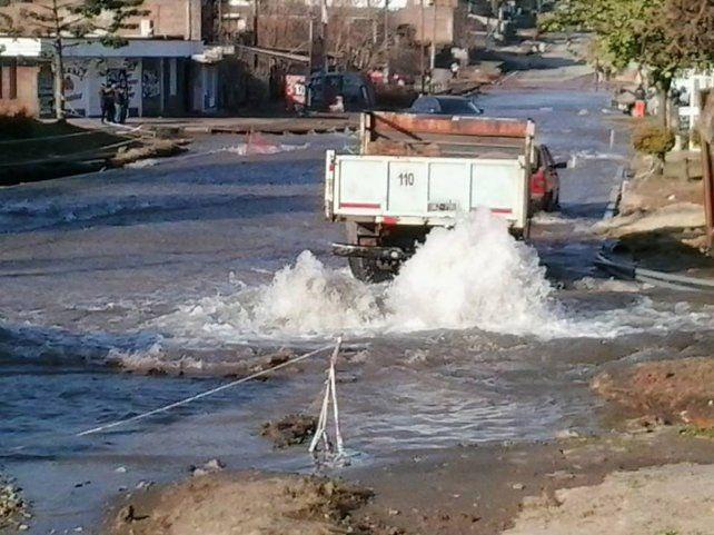 Se rompió un caño y calle Don Bosco se convirtió en un río