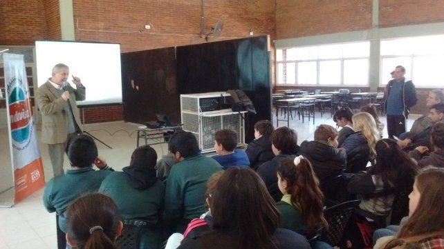 Horacio Enriquez de Eco Urbano hablando con los estudiantes ayer en Hernandarias.