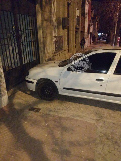 En calle Salta un automóvil estacionó en la vereda