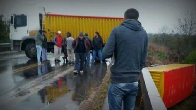 Camión quedó atravesado en la ruta 20 y la carga cayó del puente
