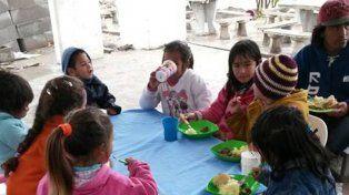 Las familias almorzaron en un improvisado comedor con el viento en la cara y la lluvia humedeciendo los huesos.