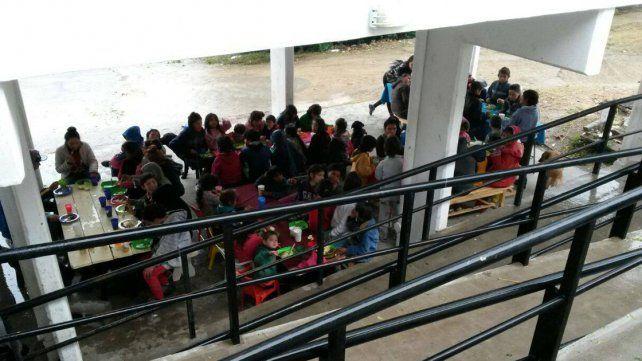 Ayer colocaron los tablones debajo del techo del nuevo centro de salud porque fueron a comer más de 100 personas.