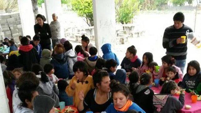 Algunos sábados llegan hasta 200 personas para comer en el almuerzo comunitario del barrio San Martín.