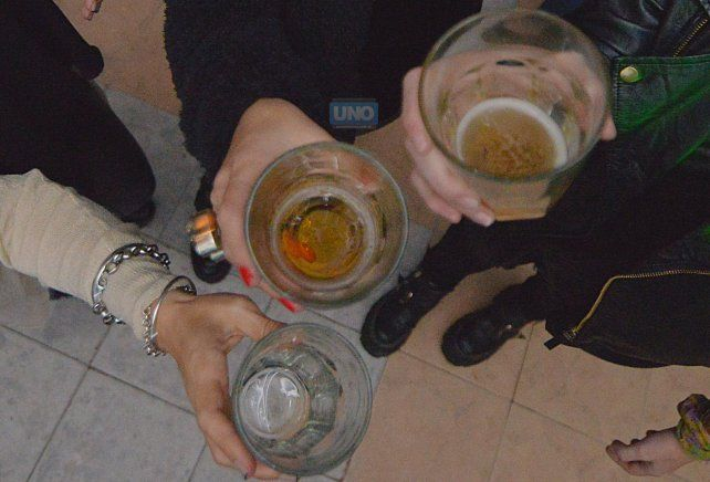 El uso problemático de alcohol genera afecciones fisiológicas y produce problemas sociales graves.