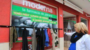 Gladys Taverna muestra las primeras prendas colgadas en el perchero solidario. Foto UNO Diego Arias.