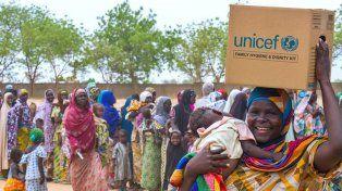 Una mujer recibe un kit de higiene familiar en el campo de desplazados en Maiduguri
