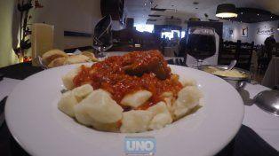 El plato de ñoquis con estofado en un restaurante de Paraná vale 150 pesos. Foto UNO Juan Manuel Kunzi.
