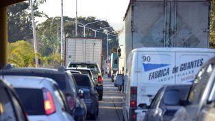 Extensas demoras para cruzar el túnel por un camión varado