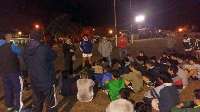 En el predio. En Zapata y Huergo Román Pretz estuvo el martes a la noche con los infantiles de Tilcara