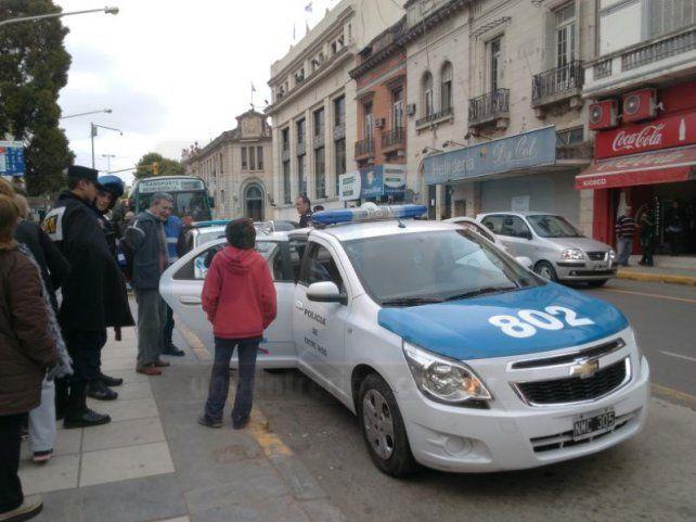 Detuvieron a un pasajero que insultó y golpeó a una mujer al bajar de un colectivo