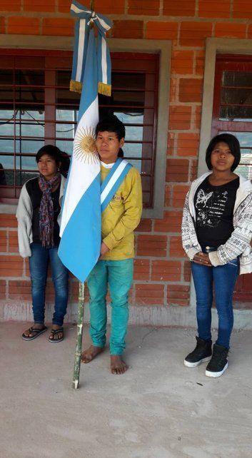 Donaron 300 pares de zapatos a la escuela de Misiones cuyo abanderado va descalzo