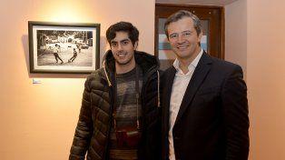 El fotógrafo Luis Giménez Beresiartu junto con el vicegobernador Adan Bahl.