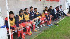 Los jugadores aguardan por la llegada del entrenador que los dirigirá en el próximo torneo.