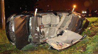 Choque y vuelco.  El conductor del Toyota llegó con vida al hospital